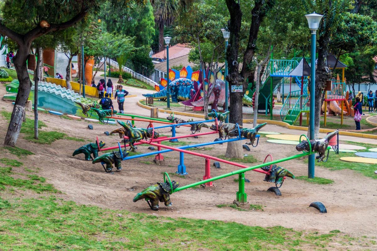 Auch auf dem Kinderspielplatz im Dinosaurierpark von Sucre dreht sich alles um die ausgestorbenen Riesen-Echsen, Bolivien - © Matyas Rehak / Shutterstock