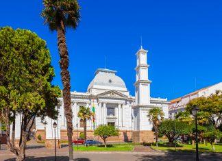 Das neoklassizistische Gebäude direkt am Parque Bolivar beherbergt den Obersten Gerichtshof von Sucre, Bolivien - © saiko3p / Shutterstock
