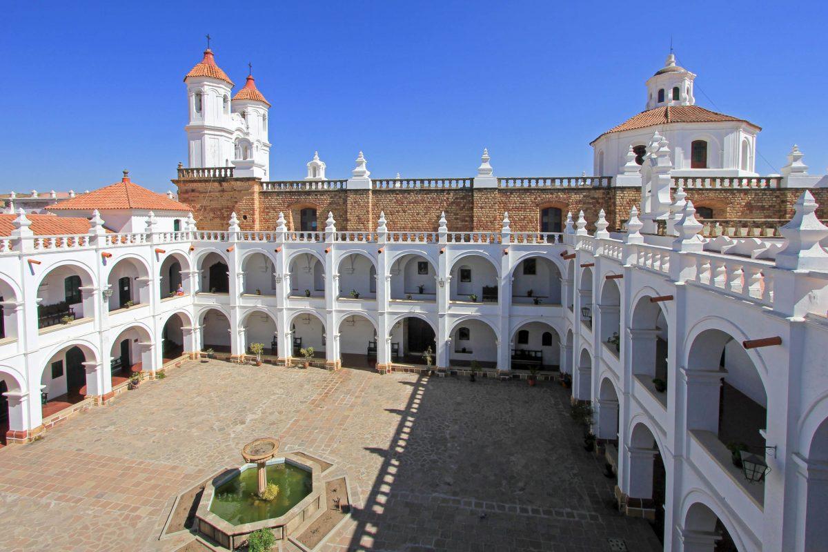 Der malerische Innenhof des Klosters San Felipe de Neri in Sucre verströmt eine elegante und friedliche Atmosphäre, Bolivien - © cicloco / Shutterstock