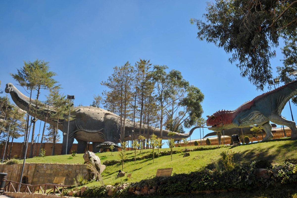 Der monströse Titanosaurier im Dinosaurierpark bei Sucre, Bolivien, zählt mit seinen Abmessungen von 36 mal 18 Meter zu den größten Statuen der Welt - © Free Wind 2014 / Shutterstock