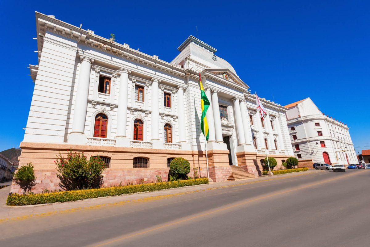 Der Oberste Gerichtshof von Bolivien ist in Sucre in einem majestätischen Gebäude am Parque Bolivar untergebracht - © saiko3p / Shutterstock