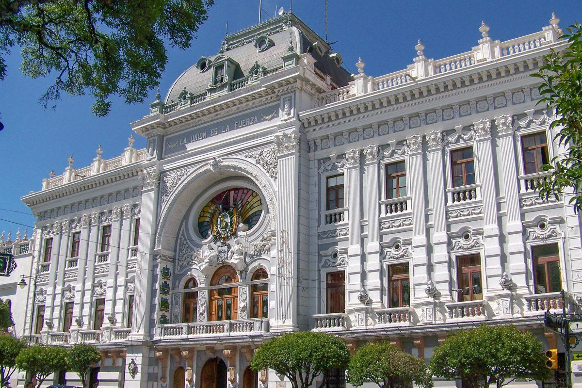 Die aufwändige Fassade und die prunkvollen Büroräumlichkeiten des Regierungspalastes von Sucre stammen aus dem späten 19. Jahrhundert, Bolivien - © mikluha_maklai / Shutterstock