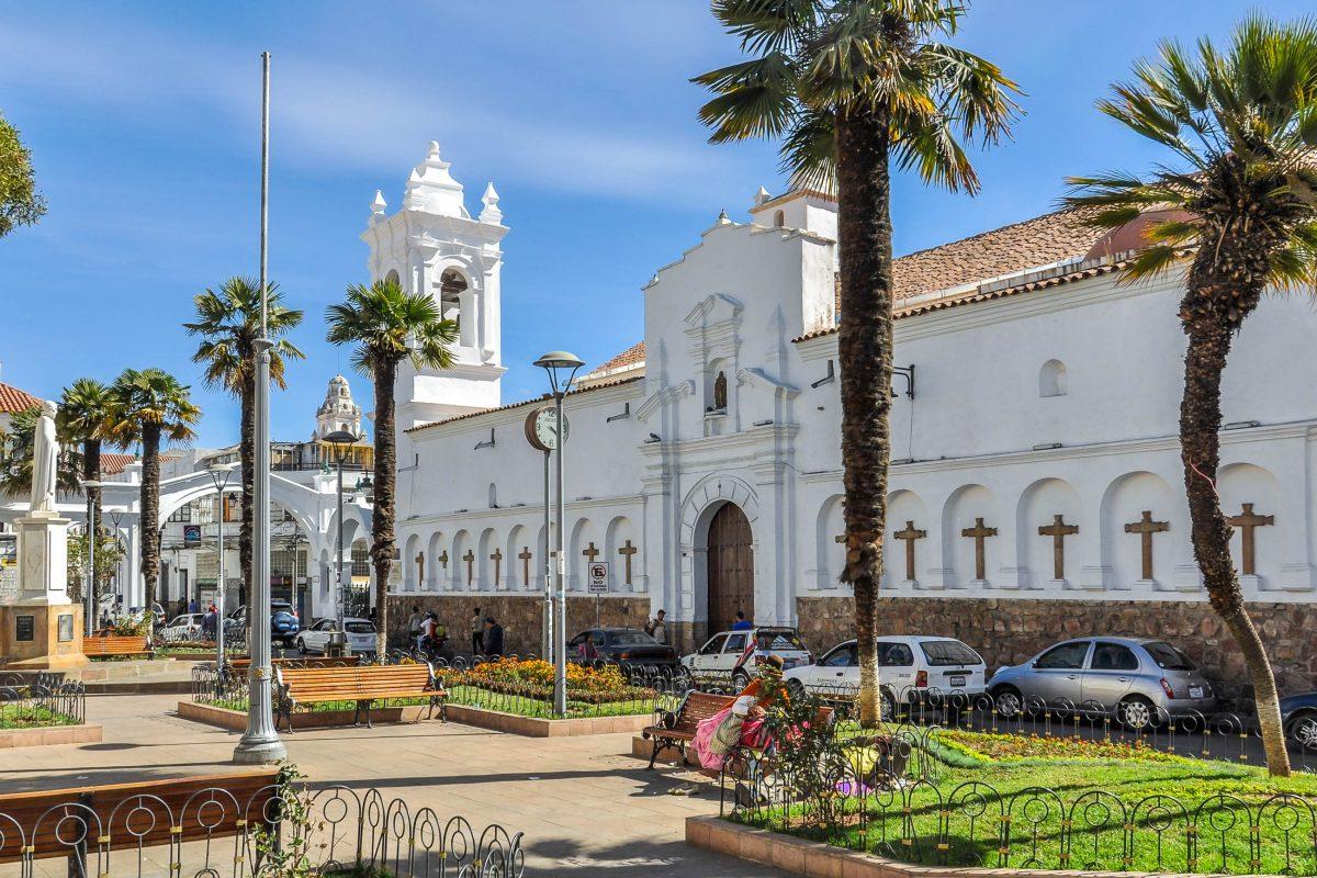 Die barocke Basilika San Francisco in der Altstadt von Sucre, Bolivien, stammt aus dem 16. Jahrhundert und wurde 1925 neu geweiht - © Gabor Kovacs Photography / Shutterstock