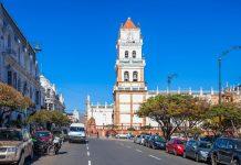 Die Catedral Metropolitana symbolisiert mit ihrer Mischung aus Renaissance und Barock den europäischen Einfluss in Sucre, Bolivien - © saiko3p / Shutterstock