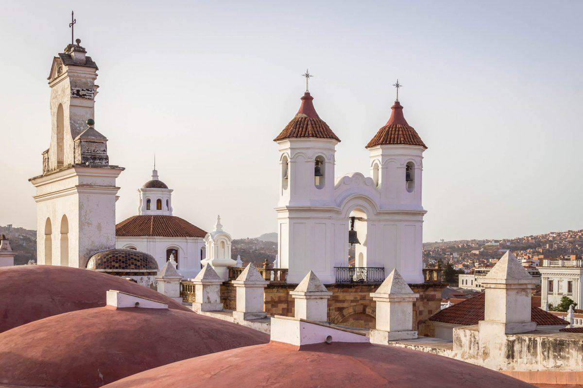 Die Panoramaterrasse des Klosters San Felipe de Neri in Sucre, Bolivien, wird von strahlend weißen Mauern und Glockentürmen begrenzt - © Julian Peters Photography / Shutterstock