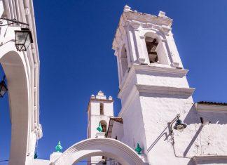 Die weiße Kalkstein-Fassade der Iglesia San Francisco in Sucre, Bolivien, ist für eine barocke Kirche überraschend schlicht gehalten  - © Julian Peters Photography / Shutterstock