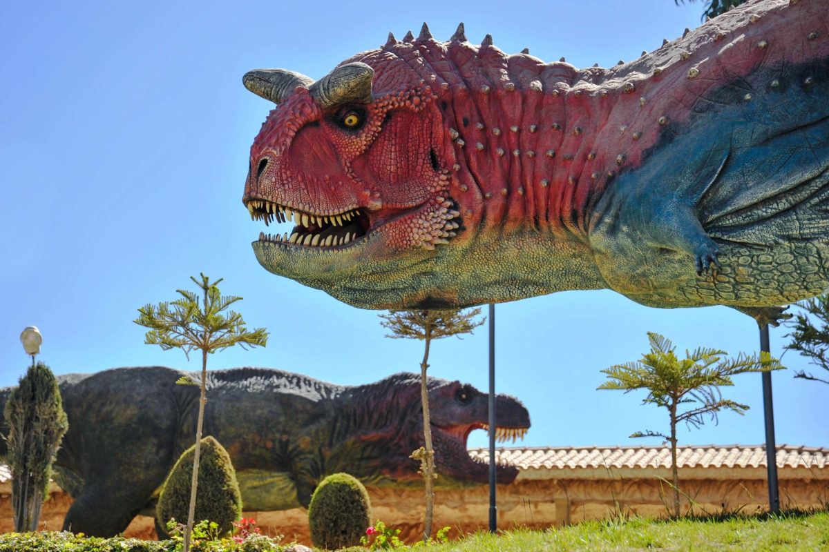 Ein Dinosaurierpark komplettiert die einzigartigen Dinosaurierspuren aus der Kreidezeit auf einer Felswand nahe Sucre, Bolivien - © Free Wind 2014 / Shutterstock