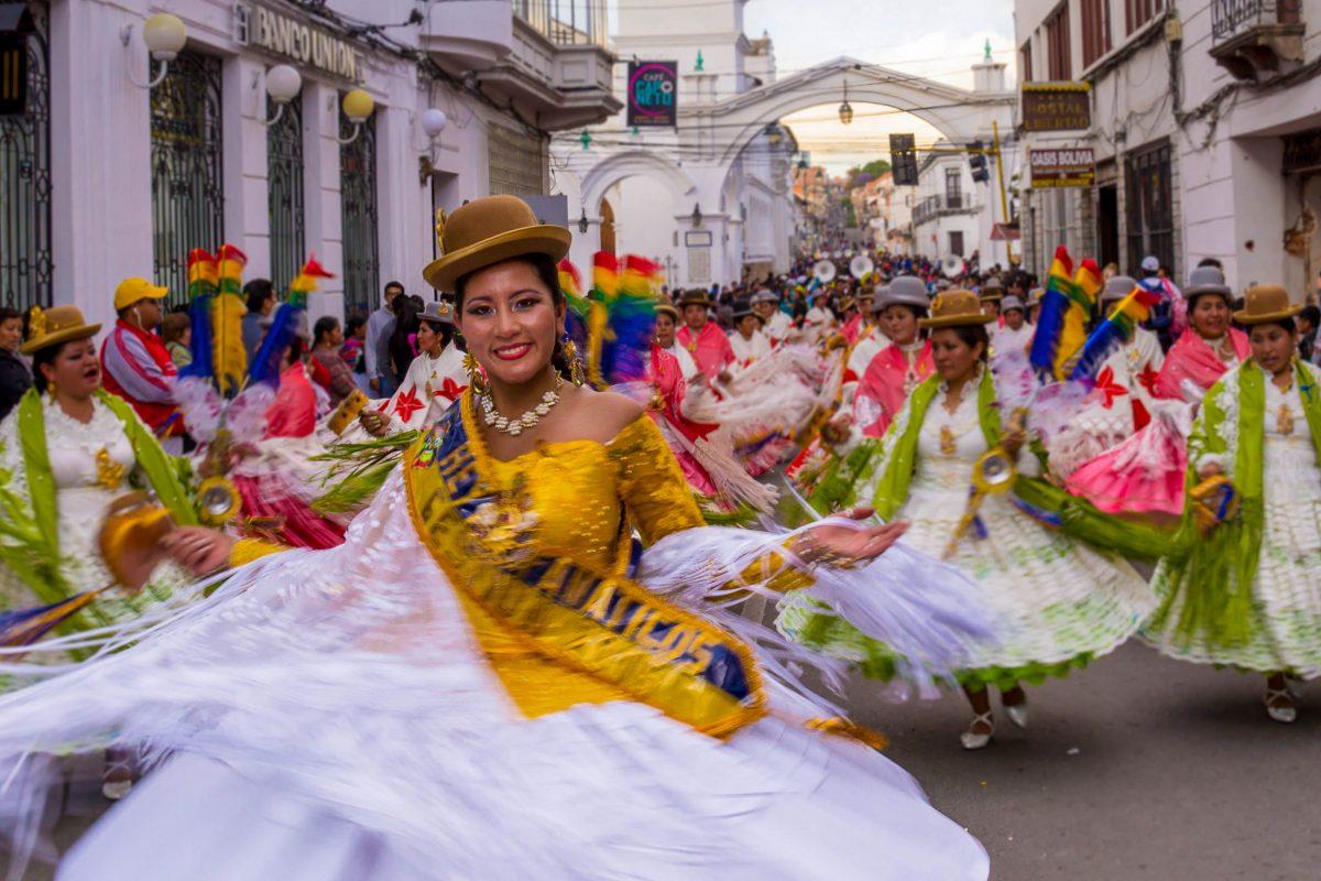 Einmal im Jahr wird die Jungfrau von Guadalupe, die Stadtpatronin von Sucre, mit einem farbenprächtigen Umzug gefeiert, Bolivien - © Julian Peters Photography / Shutterstock