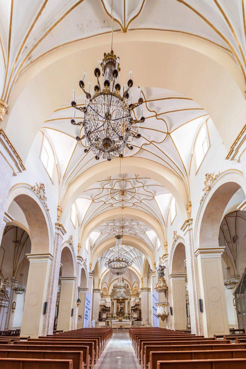 Hinter den strahlend weißen Mauern der Iglesia La Merced verbirgt sich einer der schönsten Altarräume von Sucre, Bolivien - © Matyas Rehak / Shutterstock