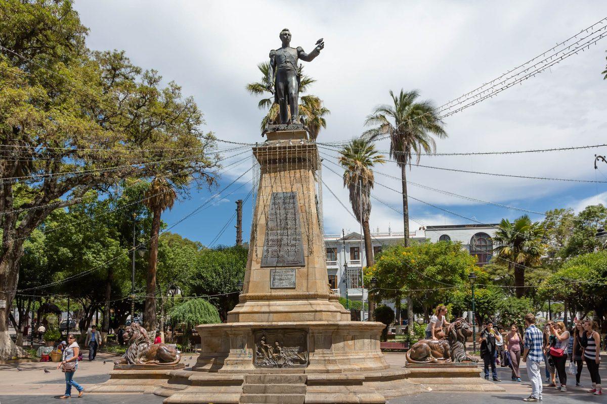 Im Zentrum des Plaza 25 de Mayo thront ein Denkmal von Antonio José de Sucre, dem Namensgeber der Stadt und ersten Präsidenten Boliviens - © Dmitry Burlakov / Shutterstock
