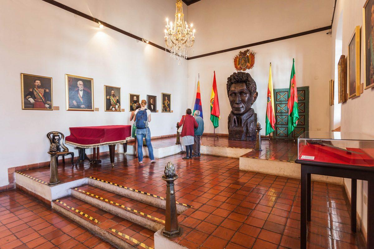 In der Mitte des Unabhängigkeits-Saales im Casa de la Libertad in Surce, Bolivien, thront das Bildnis des berühmten Freiheitskämpfers Simon Bolivar - © saiko3p / Shutterstock