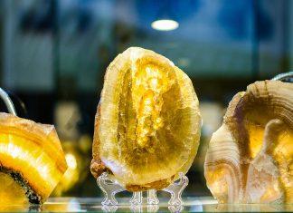 Jedes Stück im Edelsteinmuseum von Sucre ist perfekt in Szene gesetzt und erstaunt die Betrachter mit seinem luxuriösen Glanz, Bolivien - © Inna Zueva Nikolaevna / Shutterstock