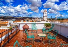 Mit seiner Altstadt voll herrlicher Kolonialbauten, seinem angenehmen Klima und seinen vielen Grünflächen ist Sucre eines der beliebtesten Urlaubsziele in Bolivien - © LINSMATEUS / Shutterstock