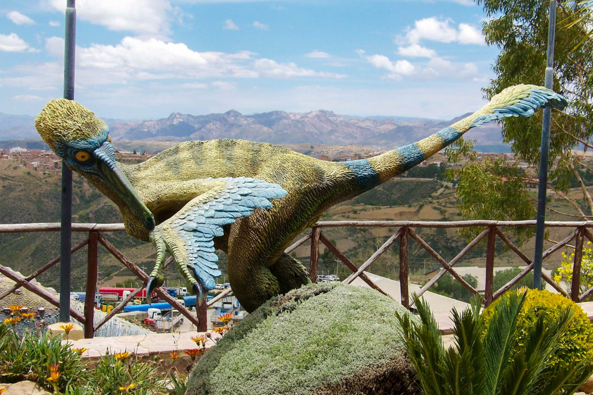 Um den Dinosaurierspuren auf der Felswand bei Sucre, Bolivien, das gewisse Etwas zu verpassen wurde ein Themenpark eingerichtet - © mikluha_maklai / Shutterstock