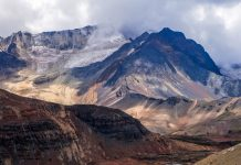 Vom Gipfel des Chacaltaya aus hat man einen fantastischen Blick auf die zahlreichen Gipfel in der Umgebung, Bolivien - © Steffen Foerster / Shutterstock