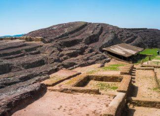 Von der einst bedeutenden Inka-Stätte Fuerte de Samaipata im Zentrum von Bolivien sind heute nur noch einige niedrige Mauerreste übrig - © Elisa Locci / Shutterstock