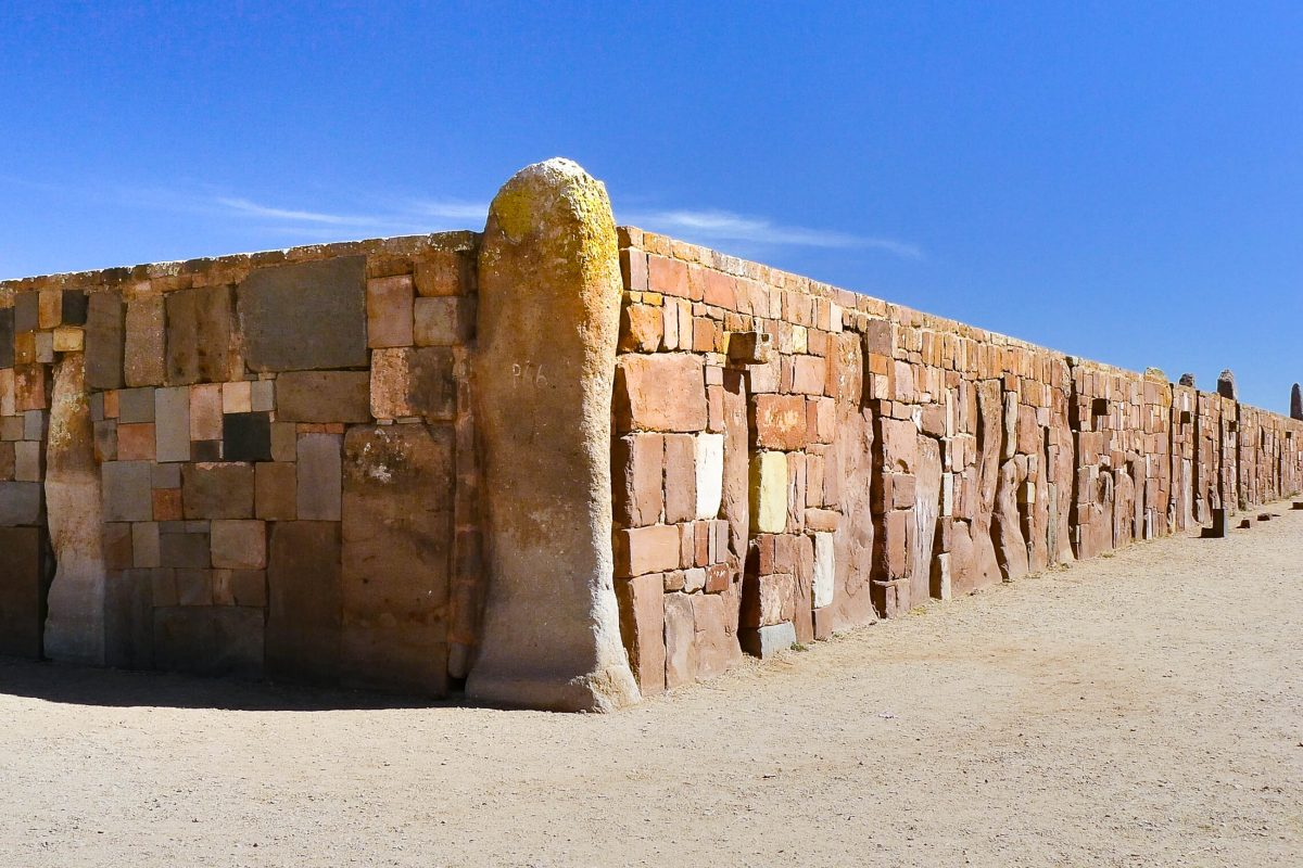Wie die tonnenschweren Blöcke von Tiwanaku aus einem 20km entfernten Steinbruch herangeschafft wurden, ist bis heute ein Rätsel, Bolivien - © Yolka / Shutterstock
