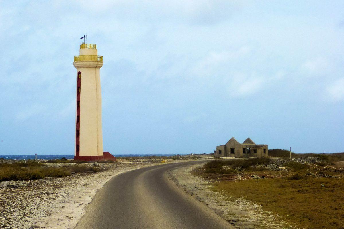 Der Willemstoren Leuchtturm bei Pekelmeer an der Südspitze von Bonaire ist der älteste Leuchtturm der Insel, Bonaire - © Lila Pharao / franks-travelbox