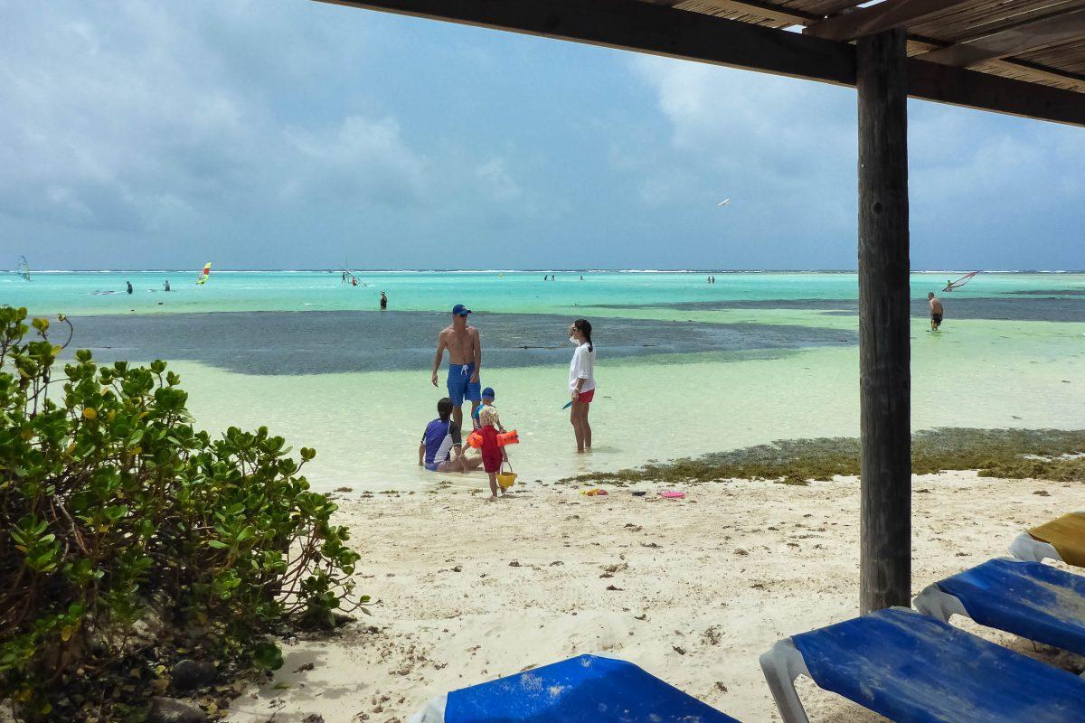 Die malerische Lagune Lac Bay im Süden von Bonaire ist nicht nur ideal zum Baden, sondern gilt auch als DAS Surfparadies der Insel - © Lila Pharao / franks-travelbox