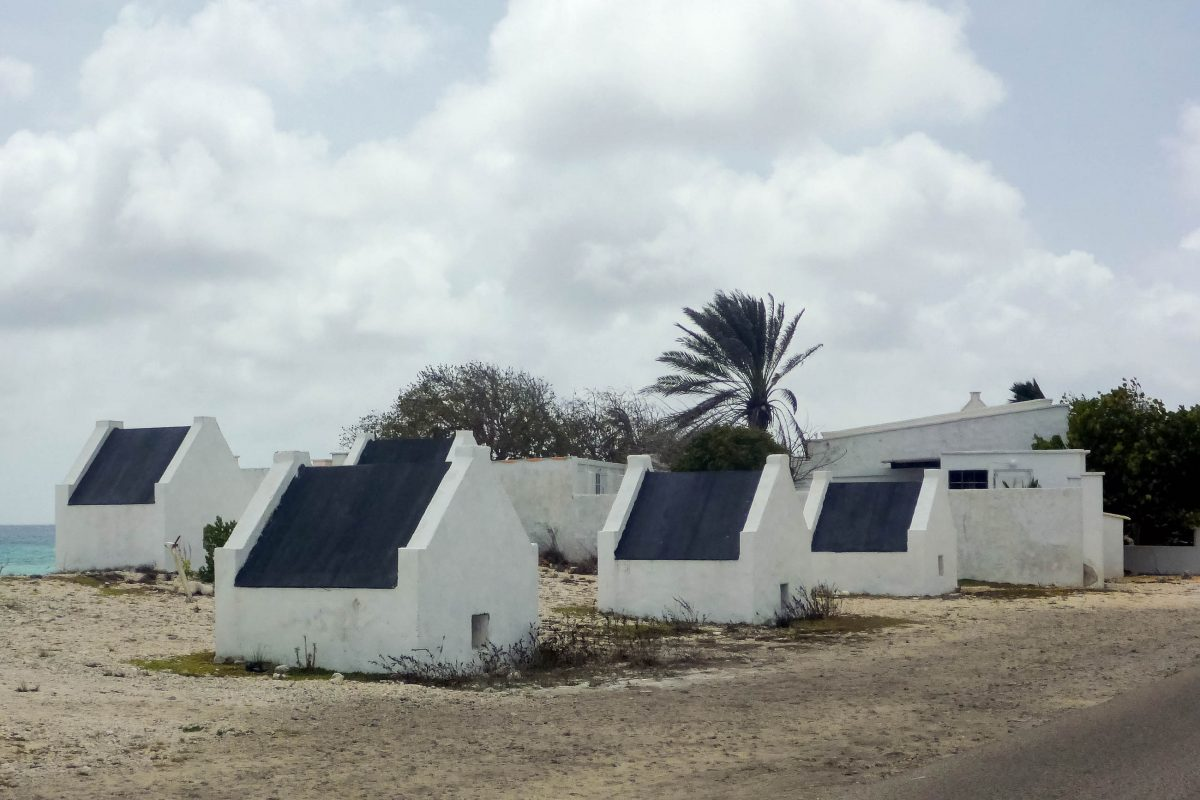 Die Sklavenhäuser im Süden von Bonaire mögen fast idyllisch aussehen, sind mit einer Grundfläche von etwa 2x2 Meter kaum größer als Hundehütten, Pekelmeer, Bonaire - © Lila Pharao / franks-travelbox