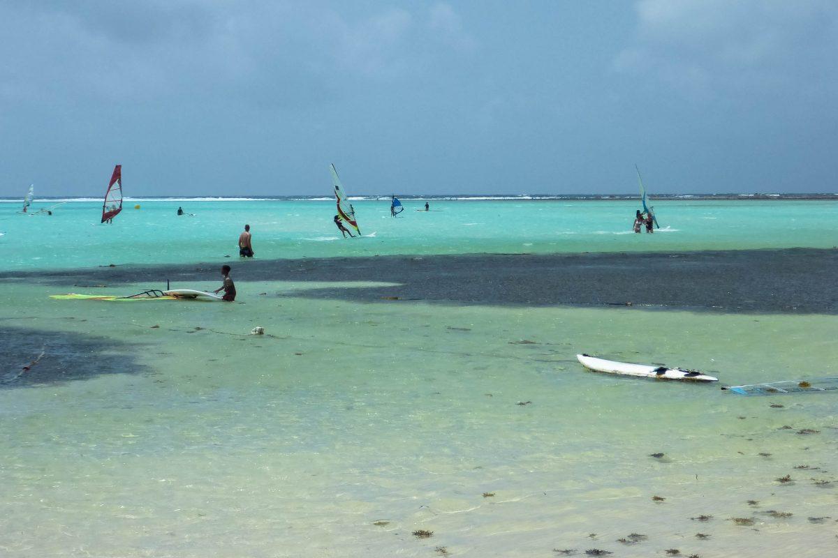 In der so genannten Jibe City im Süden von Lac Bay, Bonaire, werden Surferträume wahr - © Lila Pharao / franks-travelbox