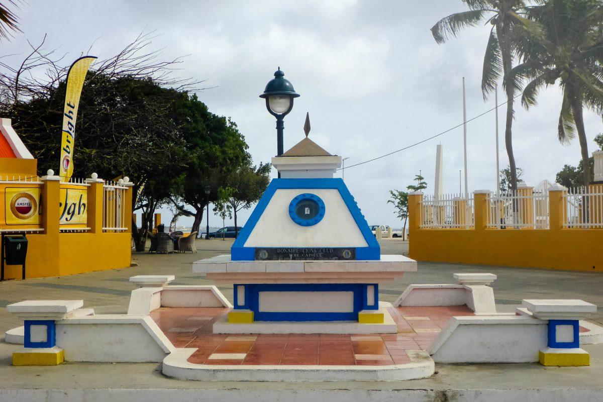 """Die """"Zeitkapsel"""" des Bonaire Lions Club am Plaza Reina Wilhelmina in Kralendijk wurde zu seinem 40. Geburtstag installiert und erst am 80. Geburtstag wieder geöffnet - © Lila Pharao / franks-travelbox"""