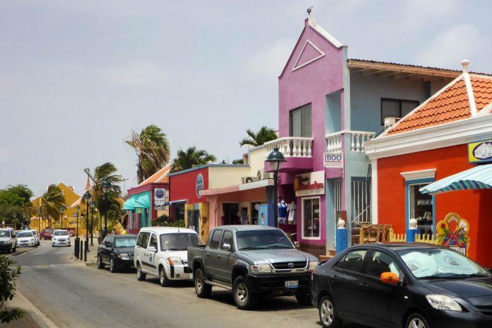 Kaya Grandi, die Haupt- und Einkaufsstraße von Kralendijk, wird von bunten Häuserfassaden gesäumt, Bonaire - © Lila Pharao / franks-travelbox