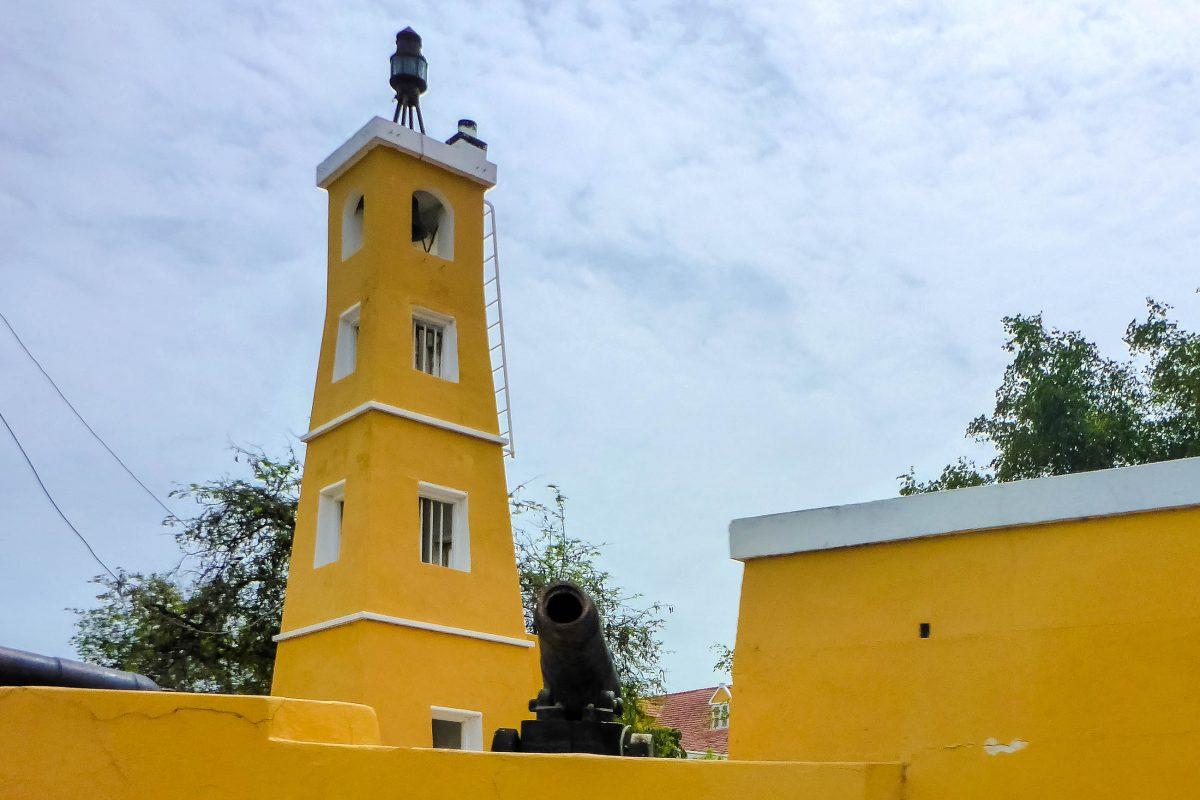 Leuchtturm und Kanone des Forts Oranje in Kralendijk, Bonaire - © Lila Pharao / franks-travelbox