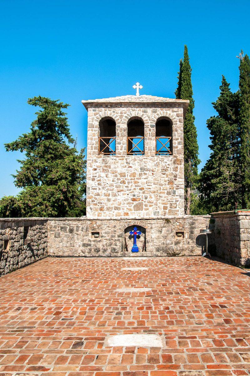 Kirchenhof und Glockenturm des Klosters Tvrdoš in Bosnien und Herzegowina - © librakv / Shutterstock