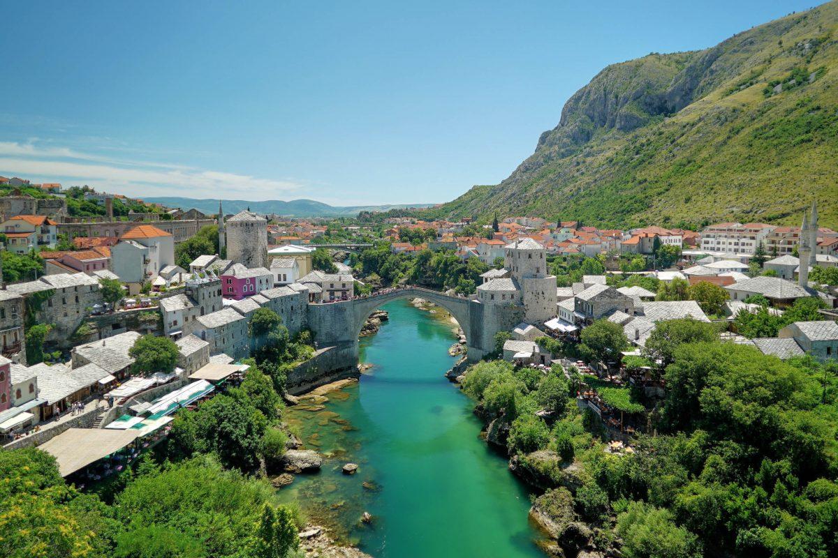 Die Alte Brücke liegt mitten in der Stadt Mostar und überspannt den Fluss Neretva in knapp 20m Höhe, Bosnien-Herzegowina - © White Mind / Shutterstock