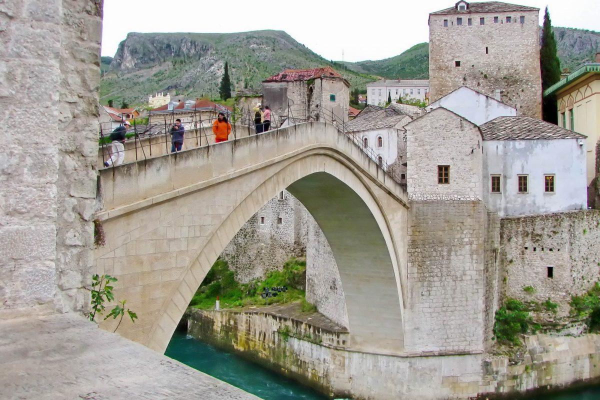 Die prachtvolle Stari Most in Bosnien-Herzegowina wurde von 1556 bis 1566 vom osmanischen Architekten Mimar Hajrudin errichtet - © Nenad Basic / Shutterstock