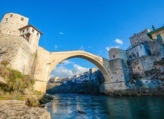 Nach ihrer Zerstörung während des Krieges im Jahr 1993 wurde die Stari Most in Mostar, Bosnien-Herzegowina, originalgetreu wieder aufgebaut - © Farris Noorzali / Shutterstock
