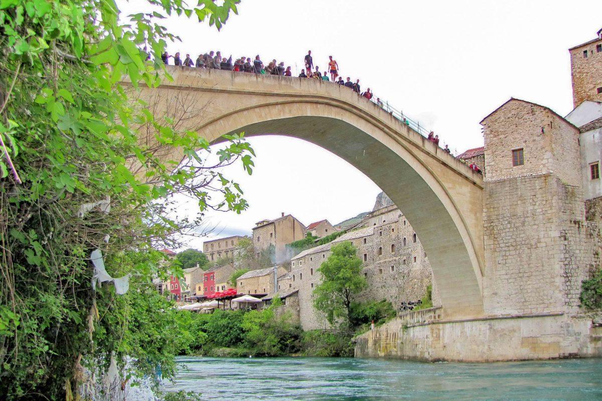 Seit 1986 wird auf der berühmten Stari Most in Mostar ein jährlicher Brückenspringwettbewerb ausgetragen, Bosnien-Herzegowina - © Nenad Basic / Shutterstock