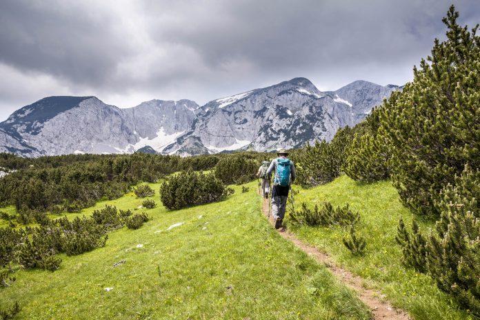 Schroffe Felsen, glasklare Seen und endlose Wälder laden Besucher im Nationalpark Sutjeska zum Wandern und Erholen ein, Bosnien-Herzegowina - © mapraest / Shutterstock