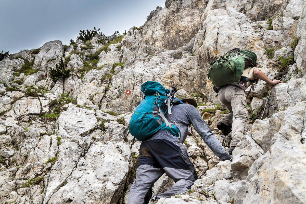 So manch erfahrener Bergsteiger hat bei seinem Gipfelsturm im Nationalpark Sutjeska schon die eine oder andere Herausforderung entdeckt, Bosnien-Herzegowina - © mapraest / Shutterstock