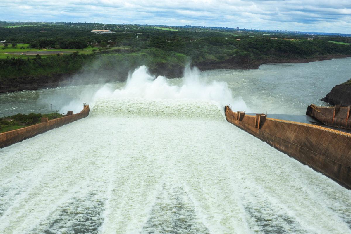 Ablauf von überschüssigem Wasser im Wasserkraftwerk Itaipu, Brasilien - © fotoember / Fotolia Fotolia