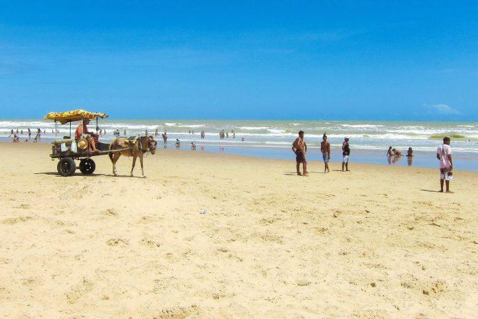 Am Praia do Robala, rund 12 km südlich des Stadtzentrums von Aracaju ist der Atlantik besonders ruhig und angenehm temperiert, Brasilien - © FRASHO / franks-travelbox