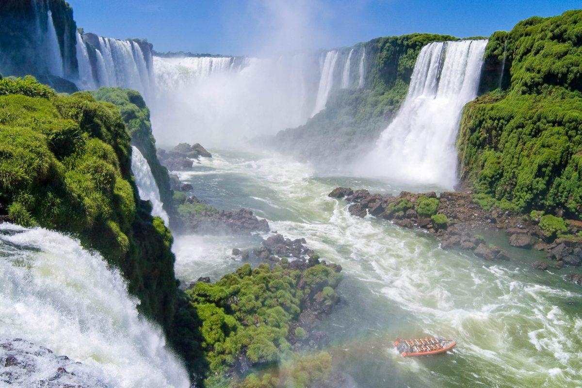 Bei einer Bootsfahrt bekommt man einen bleibenden Eindruck von den gewaltigen Wassermassen, die die Iguaçu Wasserfälle hinunterdonnern, Brasilien/Argentinien - © Eduardo Rivero / Fotolia