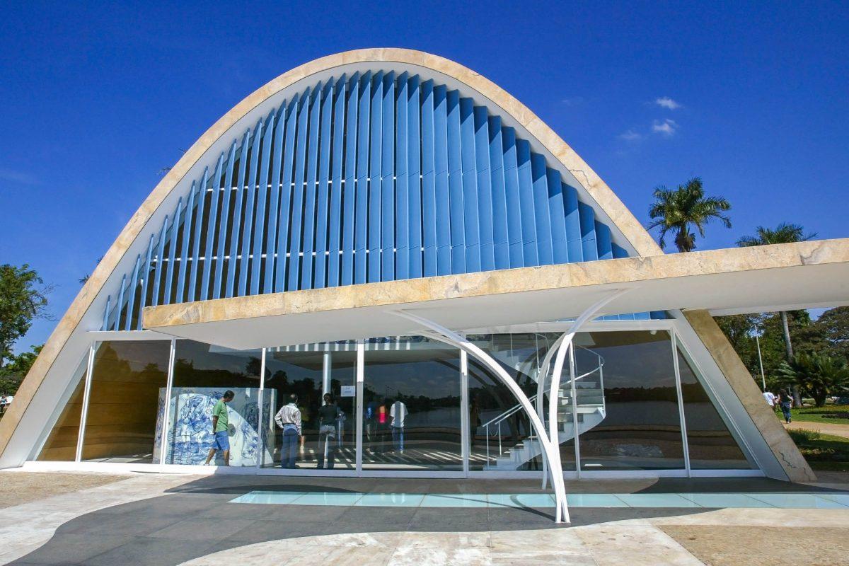Das Besondere an Niemeyers Capela de São Francisco de Assis ist, dass sie weder tragende Balken noch Säulen aufweist, Belo Horizonte, Brasilien - © Anthony Correia / Shutterstock