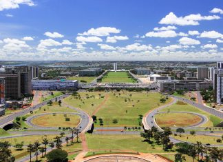Blick auf das Regierungsviertel in Brasilia mit seinen weitläufigen Plätzen und futuristischen Bauten, die vom Architekten Oscar Niemeyer entworfen wurden, Brasilien - © gary yim / Shutterstock