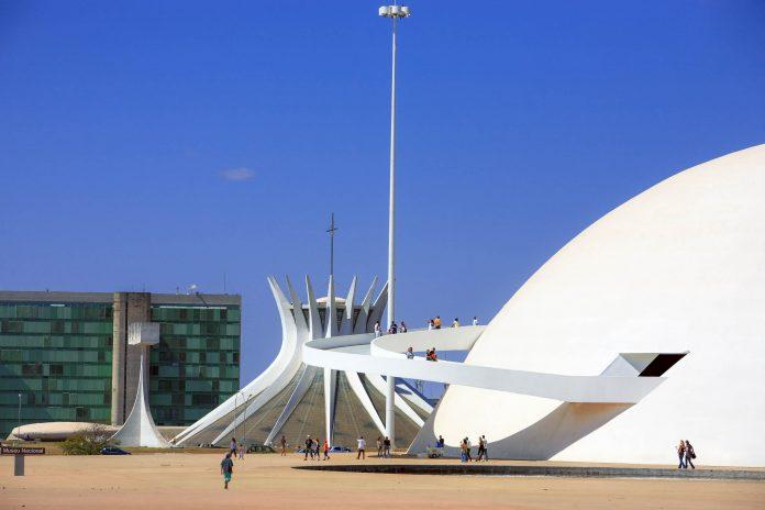 Das futuristische Nationalmuseum von Brasilia am Complexo Cultural da República befindet sich gleich neben der ebenso ungewöhnlichen Kathedrale von Brasilia, Brasilien - © ostill / Shutterstock