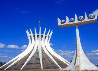 Der Glockenturm der Catedral Metropolitana in Brasilia weist ein ebenso ungewöhnliches Erscheinungsbild auf wie die Kathedrale selbst, Brasilien - © ostill / Shutterstock
