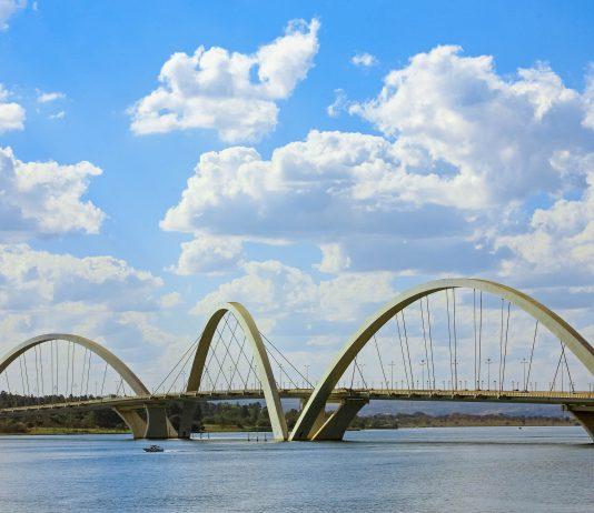 Der künstlich angelegten Lago Paranoá in Brasilia wird von vielen bedeutenden Sehenswürdigkeiten der Stadt gesäumt, hier die Juscelino-Kubitschek-Brücke, Brasilien - © ostill / Shutterstock