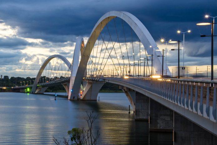 Die futuristisch anmutende Juscelino-Kubitschek-Brücke am Lake Paranoá in Brasilia, Brasilien wurde nach dem Gründer Brasilias benannt - © InkaOne / Shutterstock