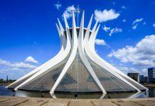 Die Kathedrale von Brasilia (Catedral Metropolitana) zählt zu den eindrucksvollsten Bauten im Regierungsviertel und bietet im Inneren 4.000 Gläubigen Platz, Brasilien - © ostill / Shutterstock