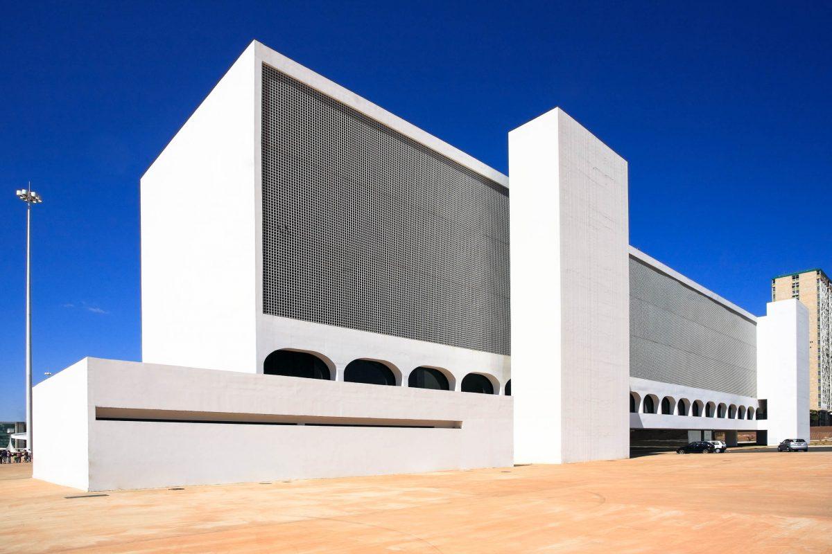 Die Nationalbibliothek formt gemeinsam mit dem Nationalmuseum den Complexo Cultural da República in der brasilianischen Hauptstadt Brasilia, Brasilien - © ostill / Shutterstock