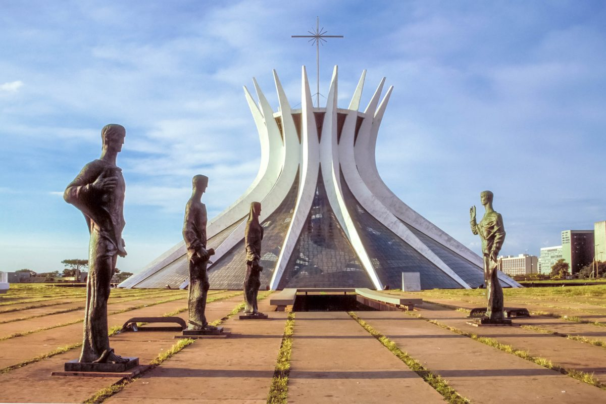 Die vier 3 Meter hohen Statuen vor der Catedral Metropolitana in Brasilia stammen vom Künstler Dante Croce und stellen die vier Evangelisten dar, Brasilien - © MarkVanOvermeire/Shutterstock