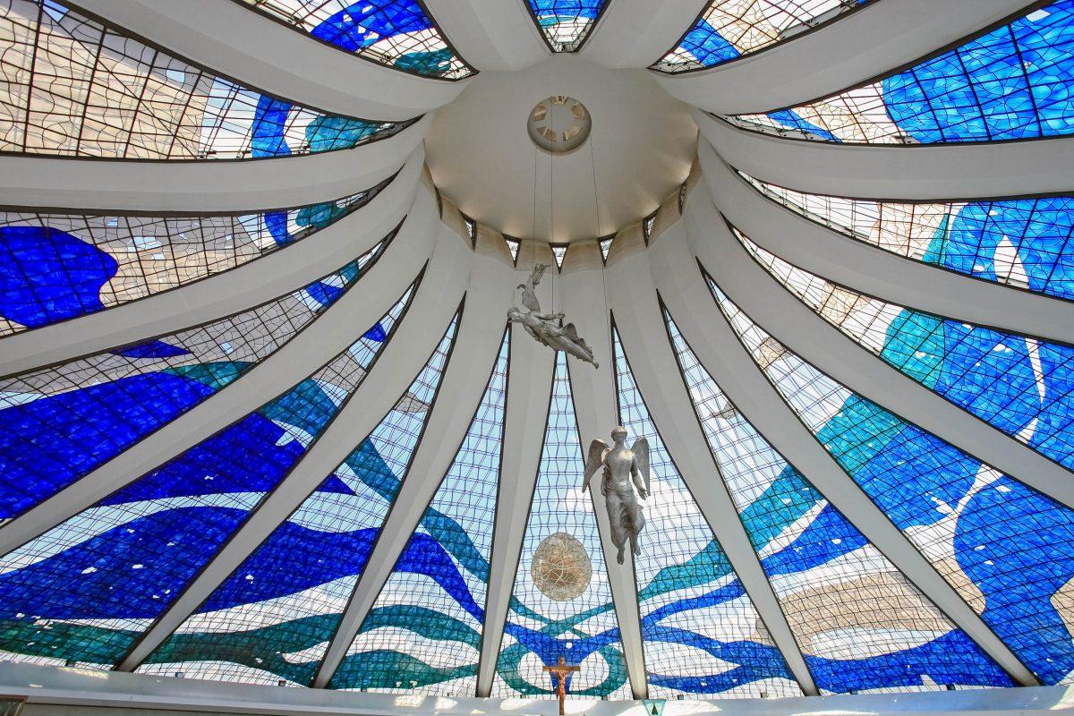 Von der einzigartigen Deckenkonstruktion der Catedral Metropolitana in Brasilia schweben drei Engelstatuen von Alfredo Ceschiatti, Brasilien - © ostill / Shutterstock