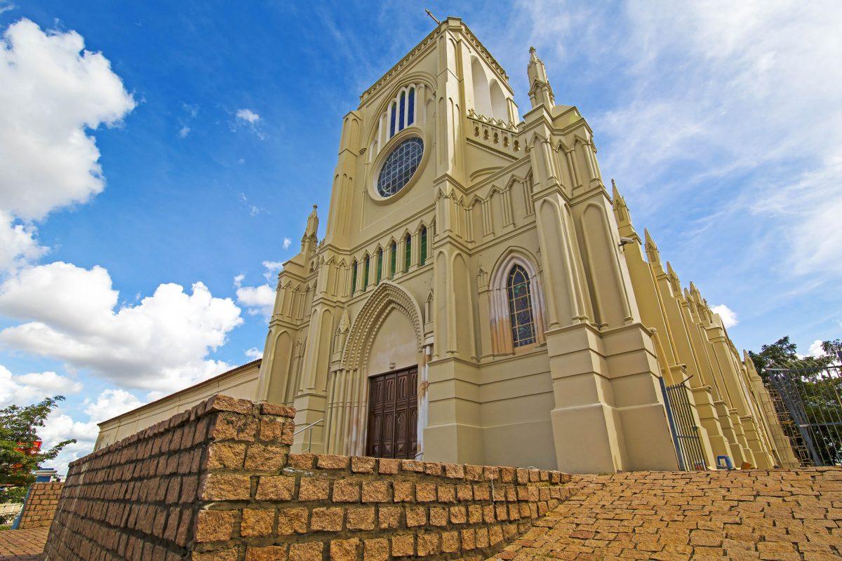 Die prächtige Igreja de Nossa Senhora do Bom Despacho in Cuiaba, Brasilien, wurde nach dem Vorbild der Nôtre Dame in Paris errichtet - © Roberto Tetsuo Okamura / Shutterstock