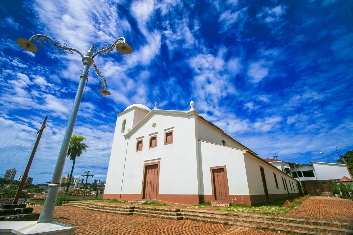 Die Sao Benedito Kirche in Cuiaba, Mato Grosso, Brasilien - © RobertoTetsuoOkamura/Shutterstock